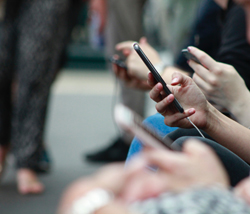 Menschen, die auf Smartphones schauen, Foto: robin-worrall-/unsplash