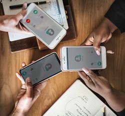 Drei Smartphones, die von Händen gehalten werden, Foto: rawpixel/unsplash