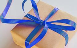 Geschenk mit blauer Schleife, Foto: Jess Watters/unsplash