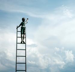 Junge steht auf Leiter im Himmel