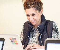 Frau von vorne vor Laptop; Foto: Nola Bunke