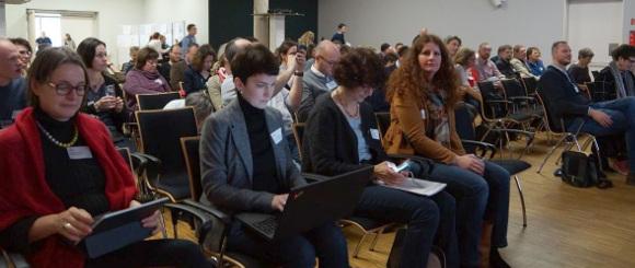 Personen sitzen in einem Konferenzsaal © DVV/ Thomas Umhey