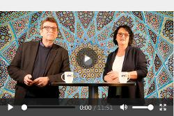 zwei Personen stehen an Tisch vor arabischen Mustern © vhs Aalen/ Jürgen Wasella