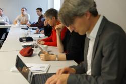 Personen sitzen mit Laptops in einer Reihe am Tisch © DVV/ Thomas Umhey