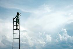 Person auf Leiter im Himmel