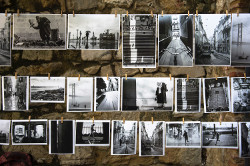 Wäscheleine mit Schwarz-weiß-Fotos © Photo by Brigitta Schneiter on Unsplash