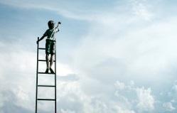 Mann steigt auf Leiter in die Wolken