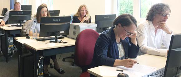 Teilnehmerinnen und Teilnehmer der Multiplikatorenschulung arbeiten am Computer, Foto: Kathrin Quilling