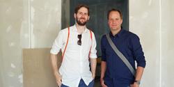 Zwei Mitarbeiter der Servicestelle Digitalisierung in neuen Räumen, Foto: vhs Landesverband Schleswig Holstein